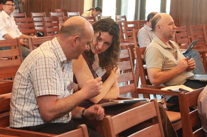 Các nhà khoa học tại hội nghị.