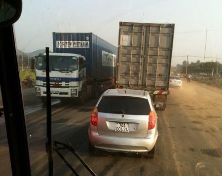 Xe tải, xe con nối đuôi nhau nhích từng centimet trên quốc lộ 1
