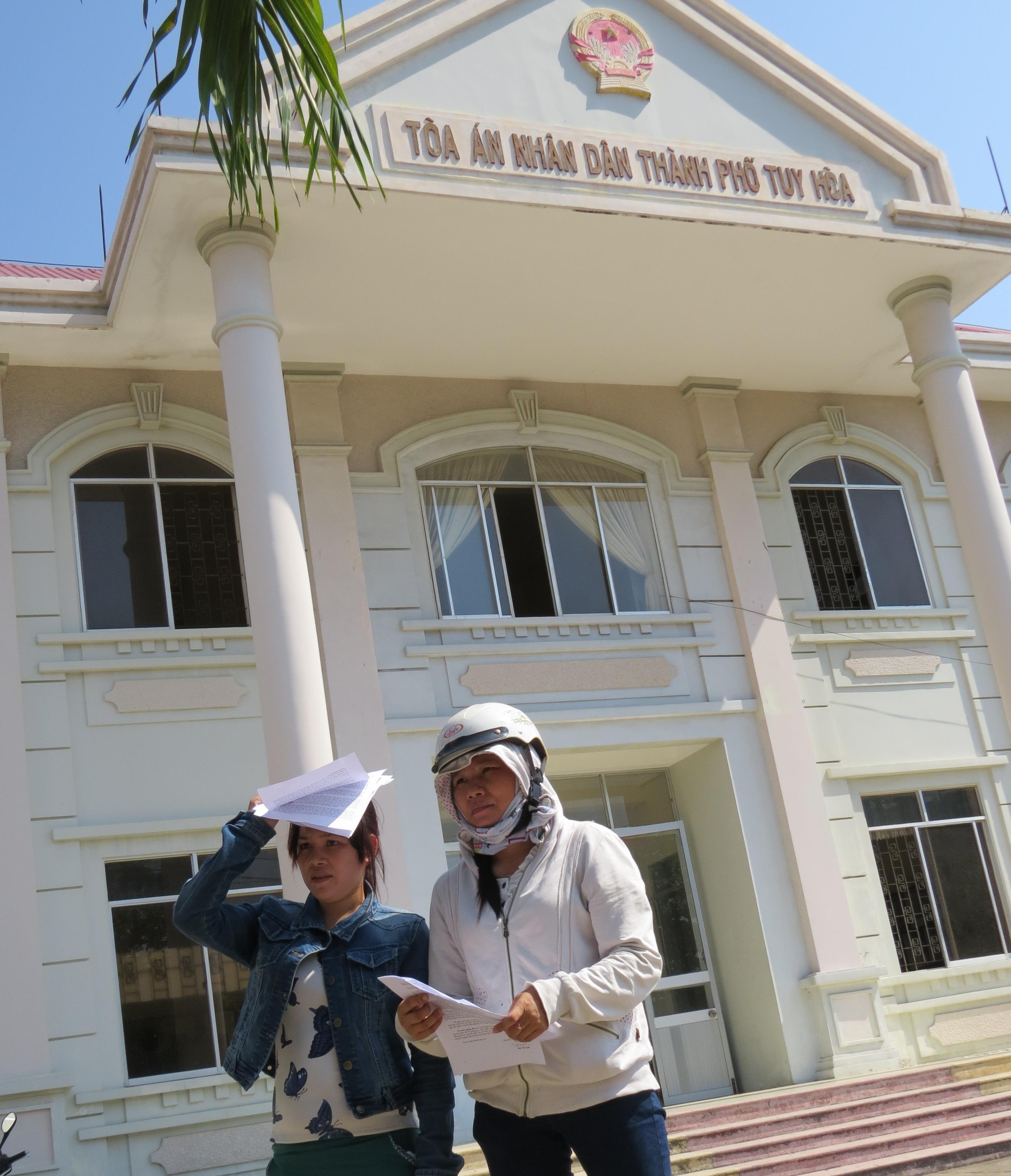 Bà Tâm (trái) và bà Tuyết trước TAND TP Tuy Hòa chiều 10/4 gửi đơn kháng cáo
