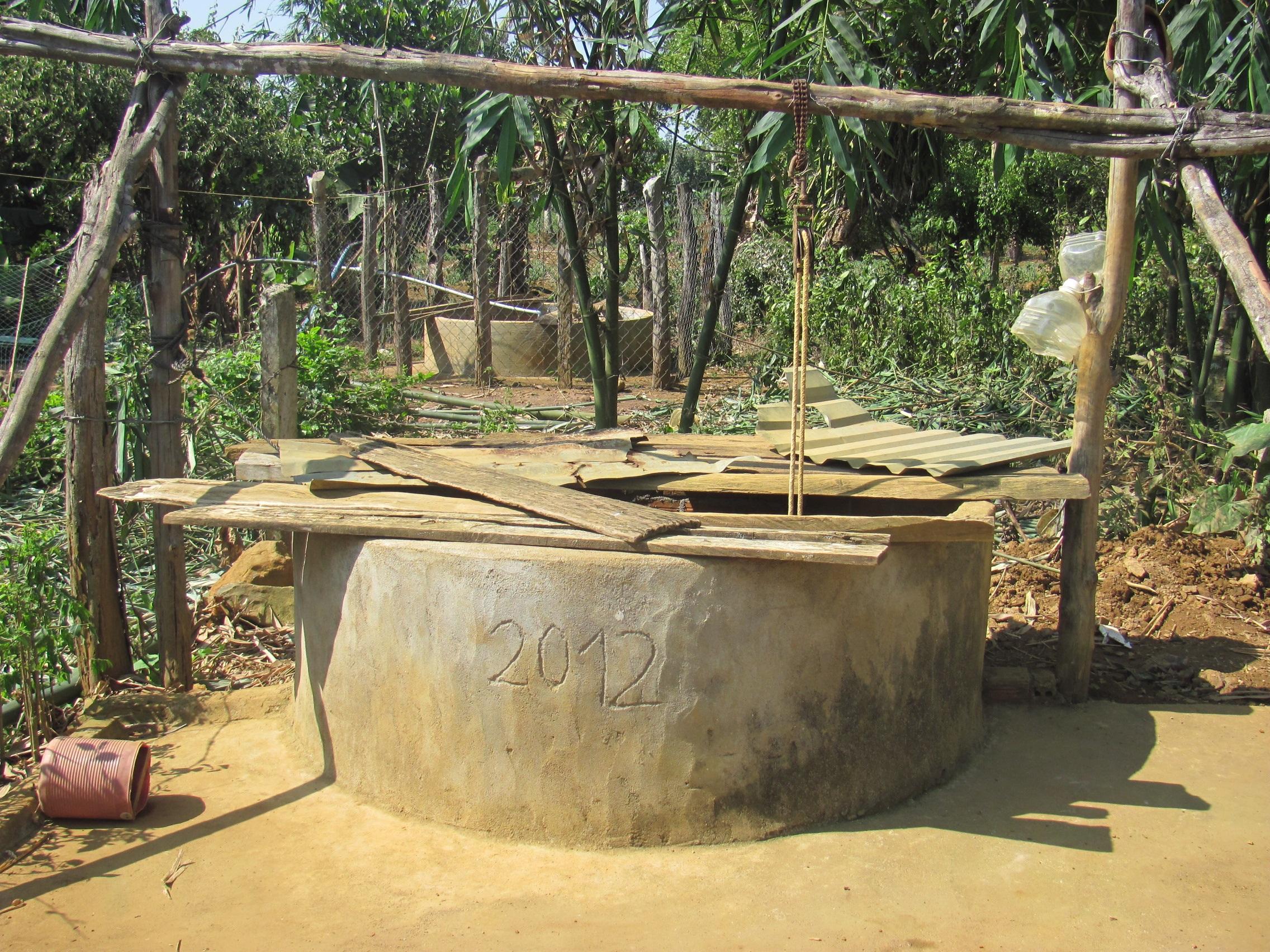 Dù mới đầu mùa hè, có giếng đã không còn giọt nước nào, khiến hàng trăm hộ dân lao đao