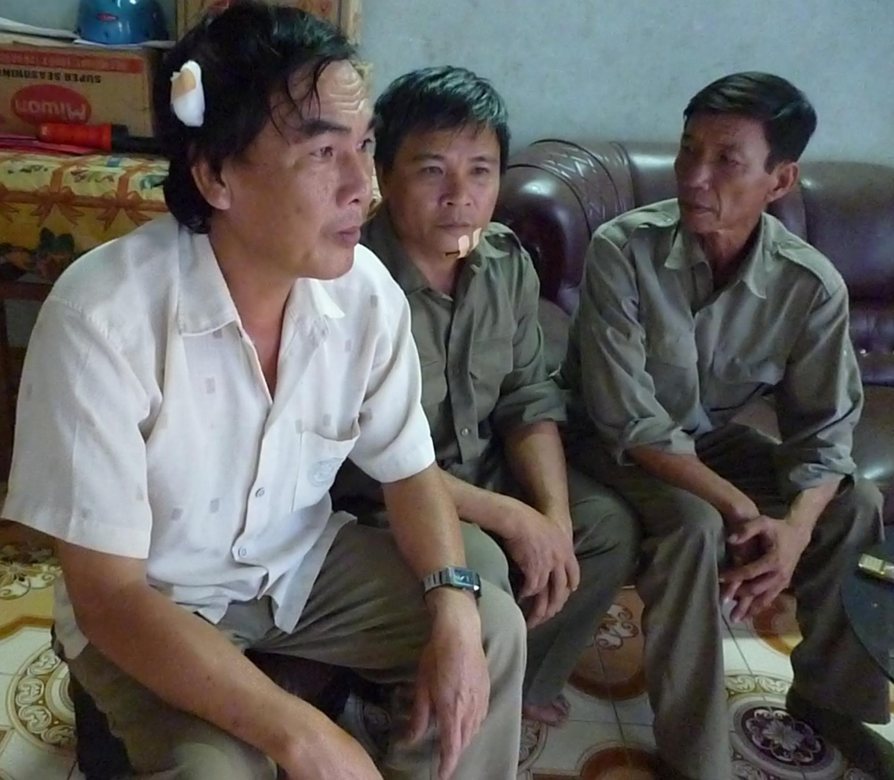 Anh Minh và anh Hào bị 2 tên trộm tấn công khi làm nhiệm vụ tuần tra