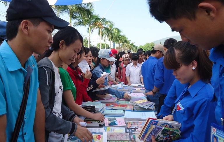 Đây là dịp để các sinh viên trao đổi tri thức thông qua những cuốn sách hay, tài liệu quý báu.