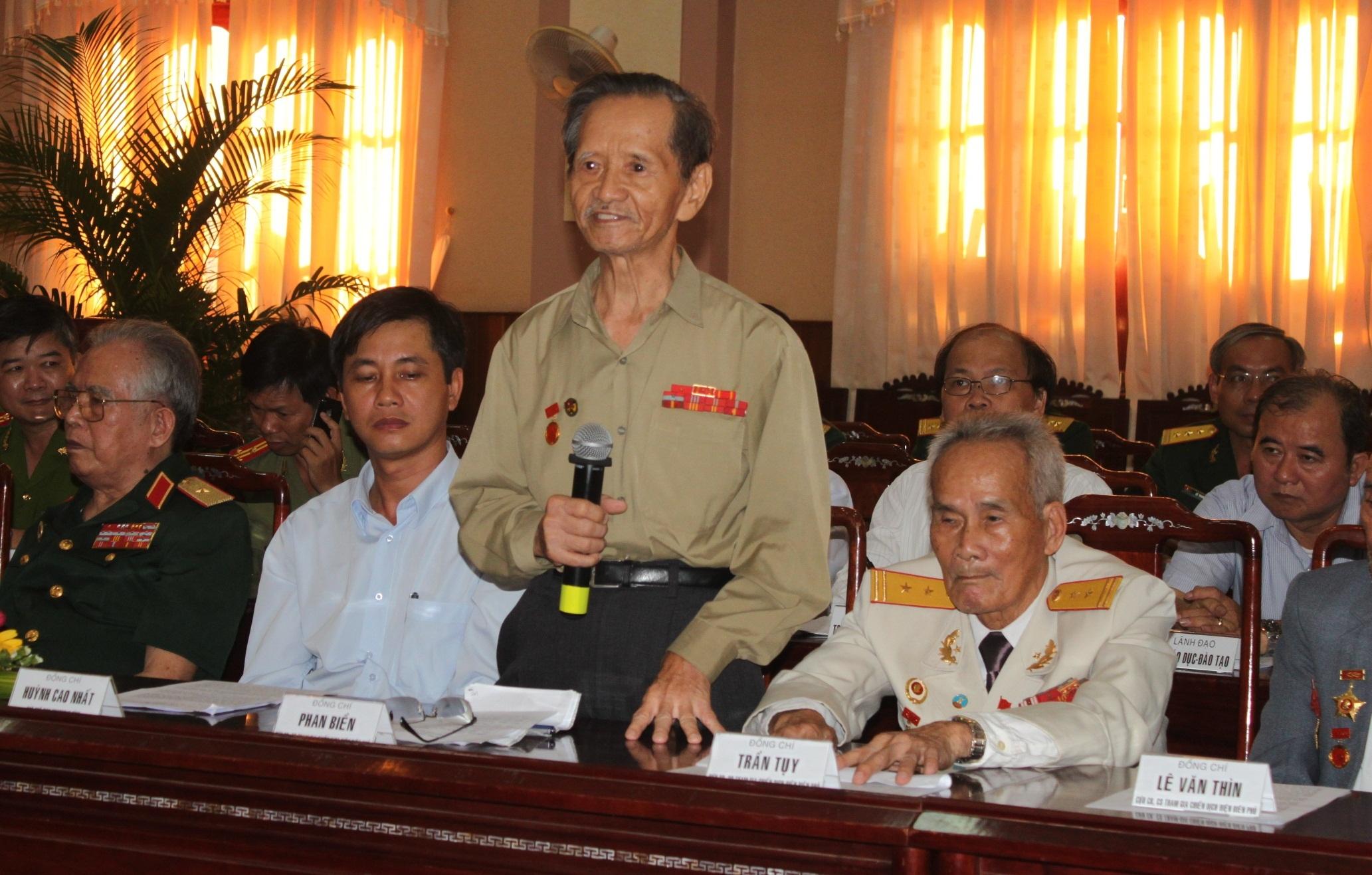 Cựu chiến binh Trần Tụy, cựu chiến sĩ Điện Biên phát biểu tham luận