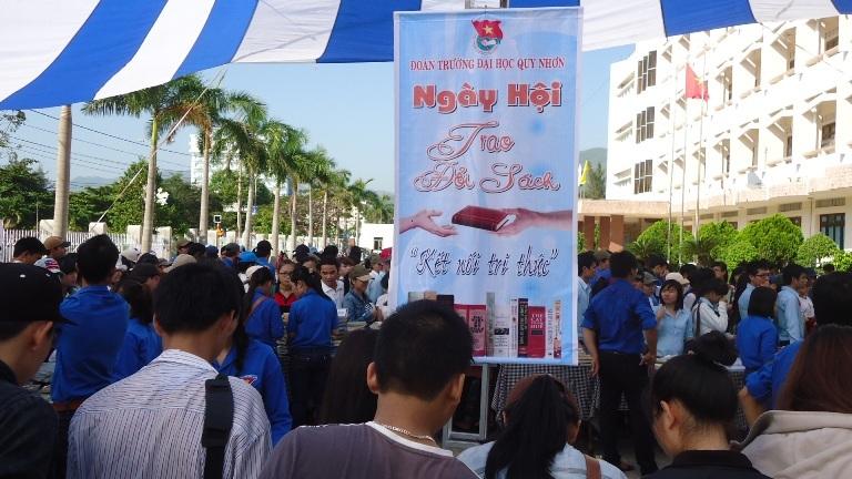 Đông đảo sinh viên đến từ rất sớm để trao đổi sách.