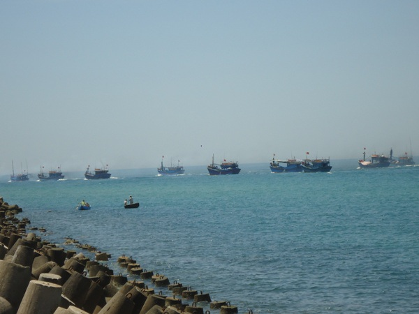 Sau Lễ phát động, 30 tàu thuyền nổ máy hướng về Hoàng Sa.