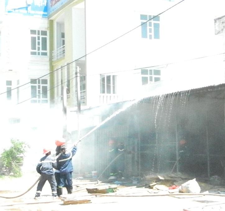 Lực lượng chức năng chữa cháy