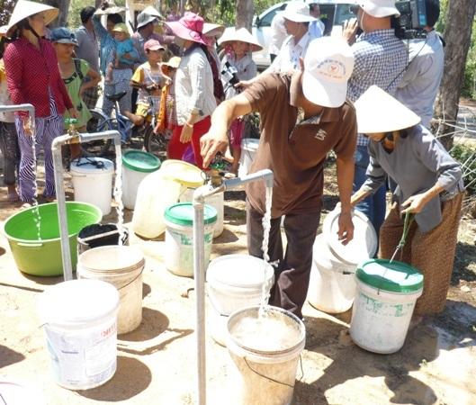 Người dân xã Mỹ Quang (Phù Mỹ) vui mừng được cấp nước sinh hoạt