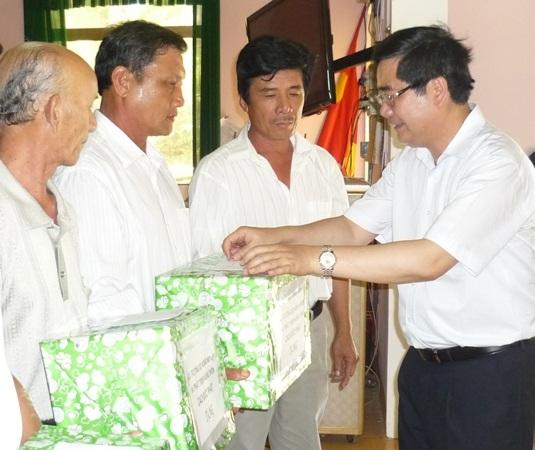 Dịp này, Bộ cũng tặng 100 triệu đồng cho 21 hộ ngư dân xã Tam Quan Bắc (huyện Hoài Nhơn)