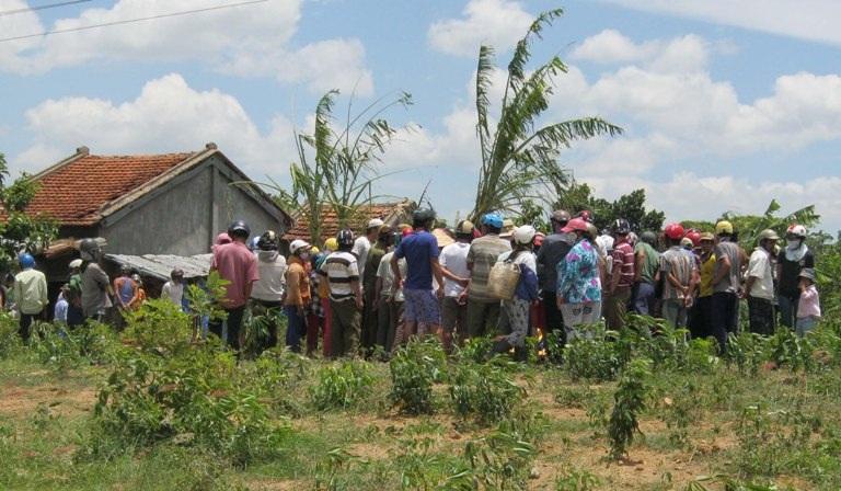 Người dân đến chia buồn vớigia đình 2 nạn nhân trong vụ nổ kinh hoàng
