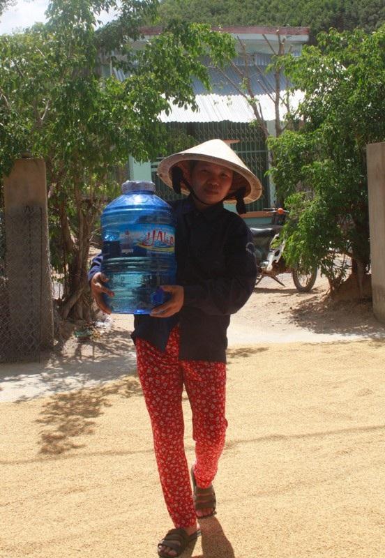 Hàng ngày chị Long phải mua nước bình về để nấu ăn