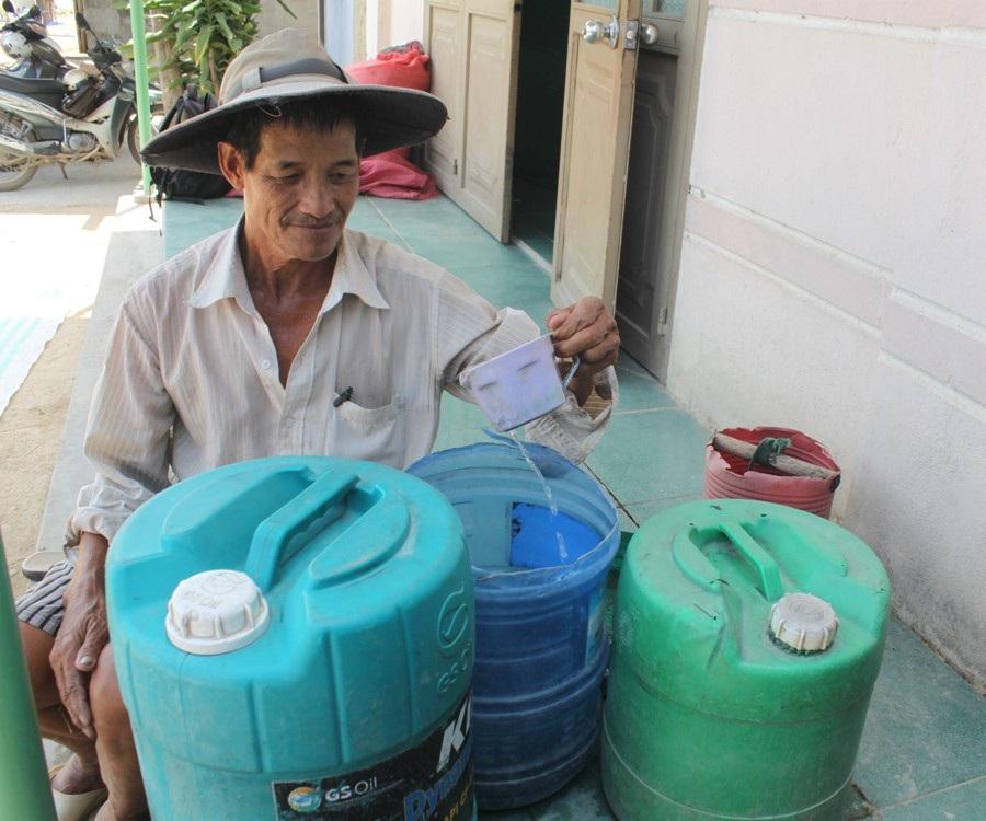 Ngày 2 buổi ông Anh vẫn đi hơn 1km để xin 5 can nước về dùng