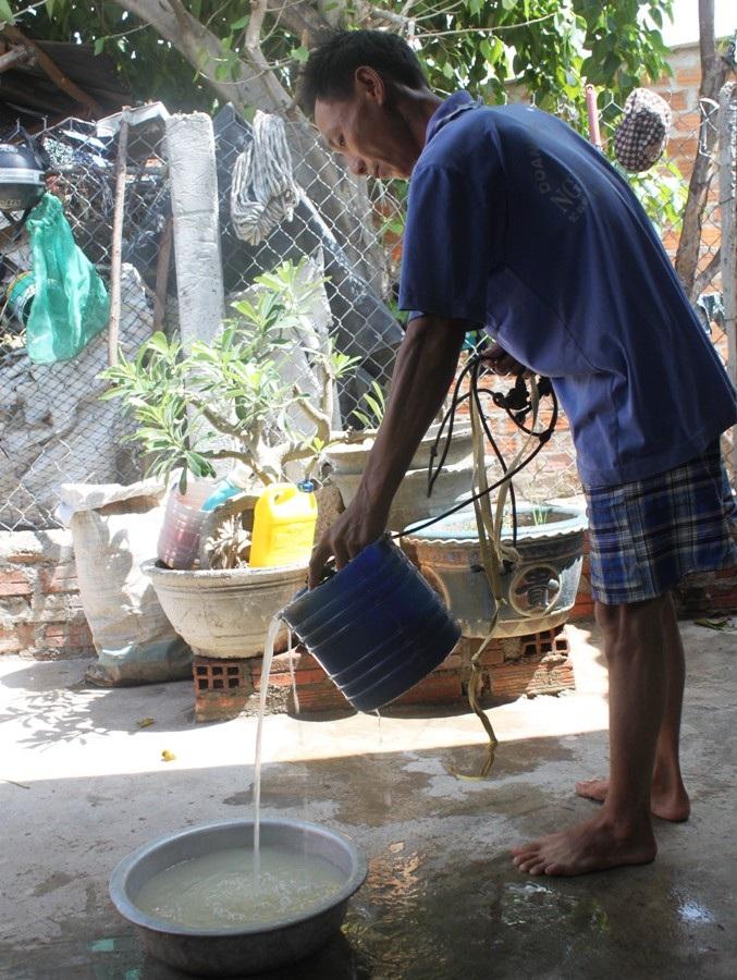 Nước giếng nhà anh Hải bị nhiễm đá vôi đục như nước gạo