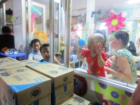 Chuyến từ thiện phát sữa cho bệnh nhi ở BV Ung Bướu TPHCM do Dân trí và Hội cha mẹ Nhân Ái tổ chức