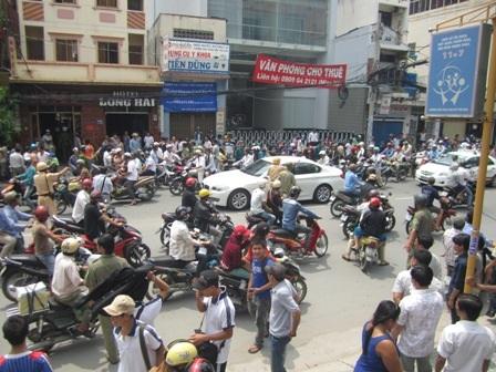 Đông đảo người dân hiếu kỳ đứng theo dõi gây cản trở giao thông (Ảnh: Thảo Trần)