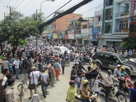 Dòng người và xe đông nghẹt một đoạn đường Phan Văn Trị (Ảnh: Thảo Trần)