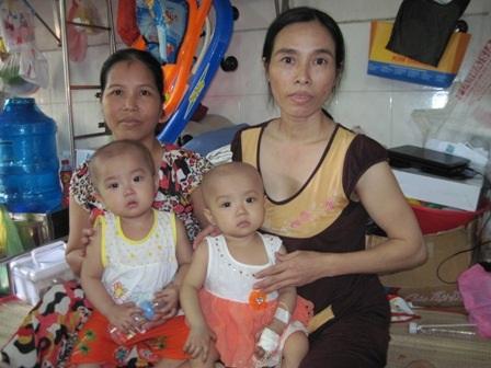 So với mấy tháng trước, cô em Kiều Nguyên (trái) cũng đã đáp ứng với thuốc điều trị