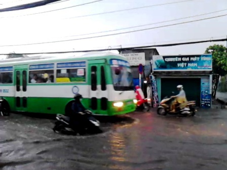 Nước ngập sâu tại đường Lê Đức Thọ (quận Gò Vấp).