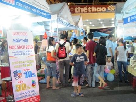 Nhiều bạn trẻ đến đọc sách miễn phí và chọn mua những cuốn sách tại Ngày hội đọc sách 2013 TPHCM
