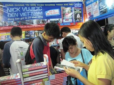 Sách kỹ năng sống, hạt giống tâm hồn và kỹ năng giao tiếp được đông đảo bạn trẻ đến đọc và chọn mua