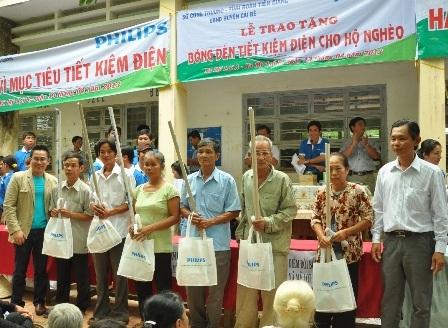 Lễ trao tặng đèn tiết kiệm điện Philips tại huyện Cái Bè, tỉnh Tiền Giang