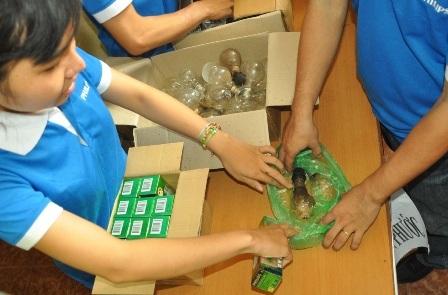 Nhiều người dân đã thu gom đèn dây tóc đang sử dụng đến đổi đèn compact tiết kiệm điện