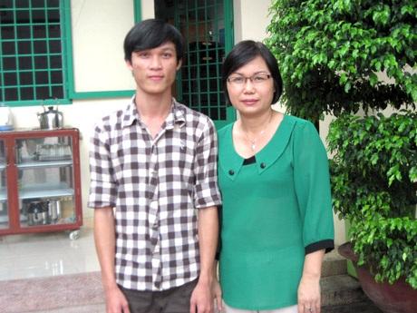 Thủ khoa Lê Văn Hoàng Long và cô hiệu trưởng Trung tâm GDTX quận 12 Trần Thị Huyền.
