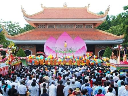 Hàng ngàn Phật tử tề tựu về chùa Hoằng Pháp (Hóc Môn) dự lễ Phật đản