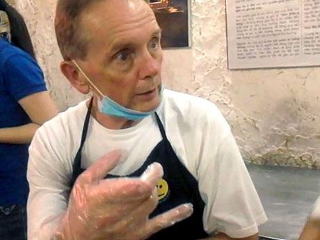 Ông giám đốc Mỹ đến Việt Nam làm bồi bàn phục vụ người nghèo