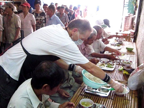 Vào giờ đông khách, John Kelly đảm nhiệm việc thêm cơm cho từng bàn
