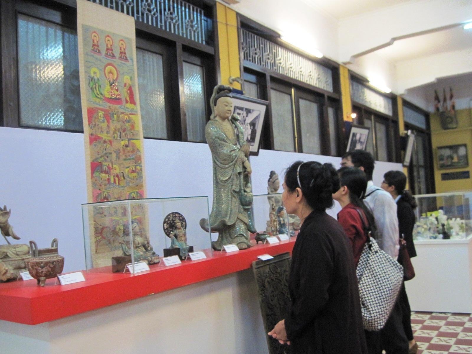 Phật tử chuẩn bị khai kinh tại chùa Phổ Quang (Q. Tân Bình) - ảnh: Hoàng Tidus
