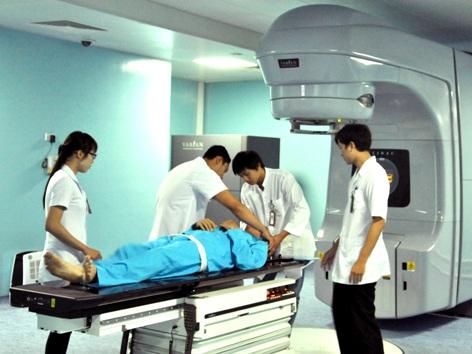 Những bệnh nhân đầu tiên được xạ trị bằng máy gia tốc tuyến tính