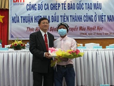 Bệnh nhân Cao Xuân Hiệp (đeo khẩu trang) - Ảnh: Vân Sơn