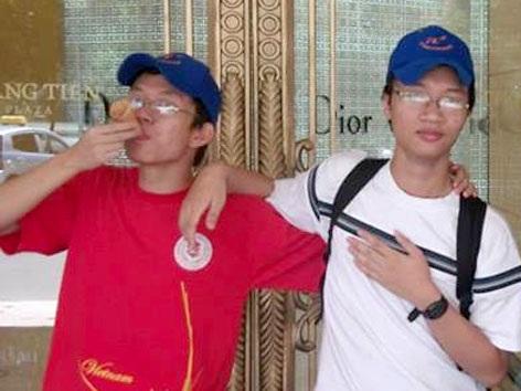 Phút nghịch ngợm của hai cậu bé vàng Tuấn Huy (