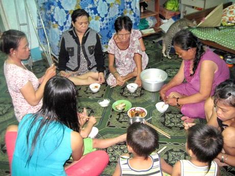 Bữa cơm đạm bạc của mấy chị em, bà cháu ở mái ấm Đồng Cảm.