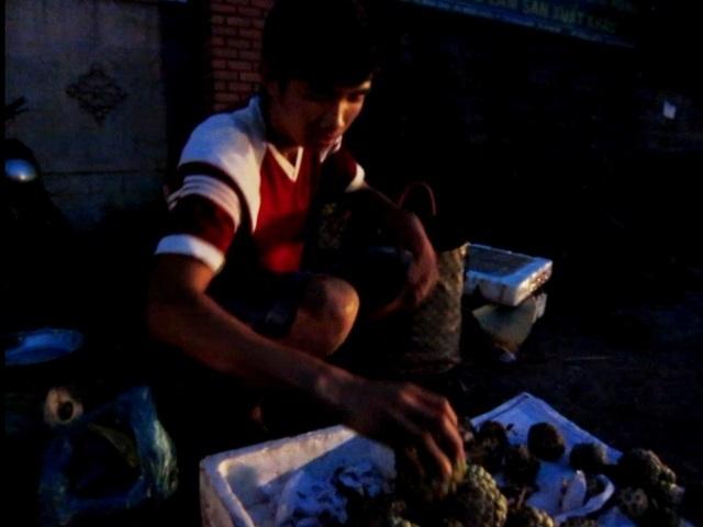 Ngoài giờ học,Minh Dương bán trái cây để kiếm tiền nuôi việc học.