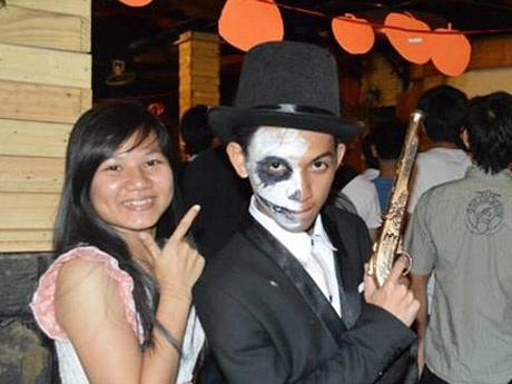 Bạn Hiệp tự hóa trang cho mình để tham gia đêm hội Halloween của sinh viên