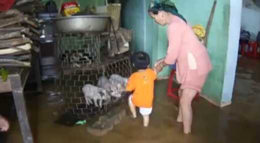 Một gia đình tại Quảng Nam trong mùa bão (ảnh chia sẻ của bạn có nickname Quê Nhà)