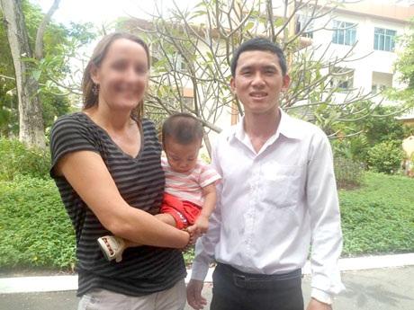 Hai mẹ con cu Tý chụp ảnh lưu niệm cùng anh Hải trước giờ lên máy bay