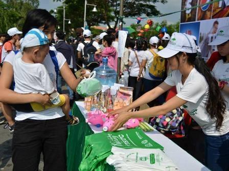 Đông đảo tình nguyện viên điểm chỉ cam kết một ngày không xả rác