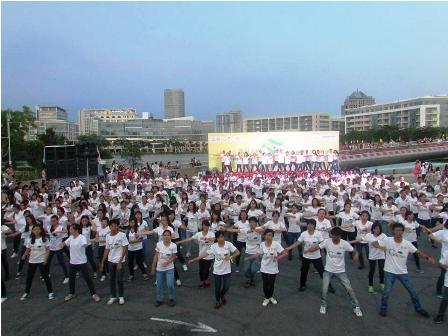 """Trình diễn flashmob kêu gọi """"một ngày không xả rác"""""""