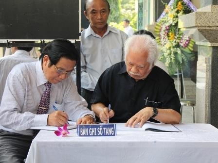 GS. Ca Lê Thuần và nhà văn Lê Quang Trang bày tỏ nỗi niềm thương tiếc vào sổ tang