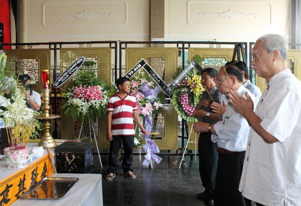 Gia đình nhà văn Đoàn Minh Tuấn và bạn bè thắp hương trước linh cữu tác giả Chiếc lược ngà
