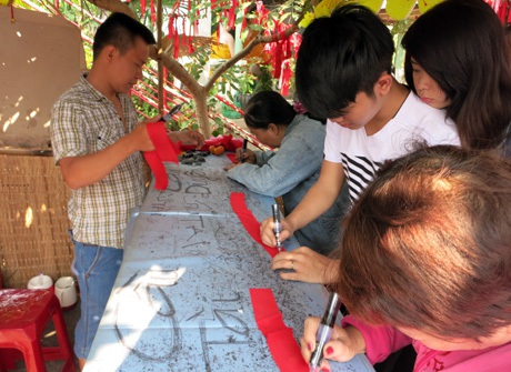 Vải hồng để viết cầu duyên còn vải đỏ cầu tài lộc, mỗi mảnh vải được bán với giá 10.000 đồng