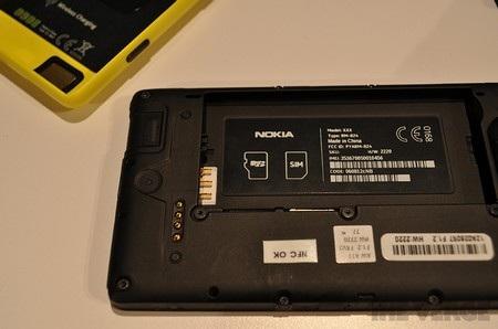 Khe cắm SIM và thẻ nhớ nằm ở bên dưới pin