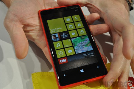 3 phím cảm ứng ở mặt trước, với biểu tượng của Windows Phone 8 ngay chính giữa