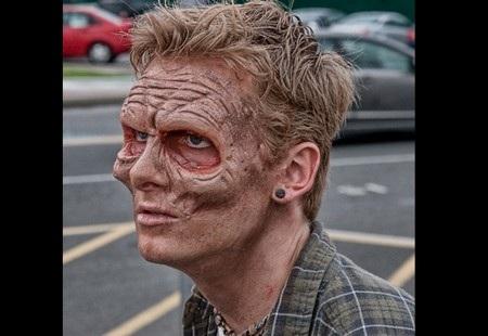 Khó có thể nhận ra đâu là phần da thật và đâu là phần da giả dùng để hóa trang