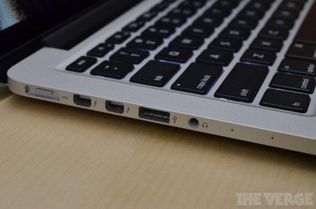 Cạnh trái với cổng nguồn Magsafe, 2 cổng kết nối Thunderbolt, 1 cổng USB 3.0 và giắc cắm phone