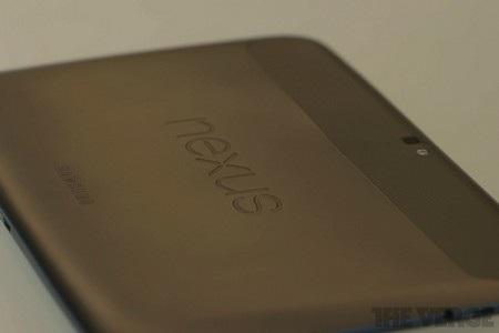 Mặt sau là logo Nexus cùng logo của Samsung
