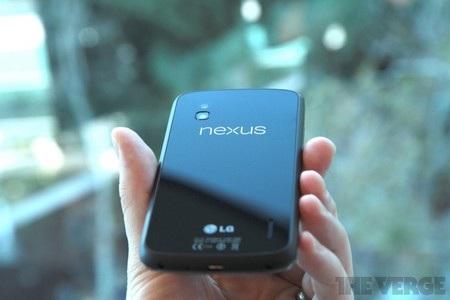 Mặt sau với logo Nexus và LG