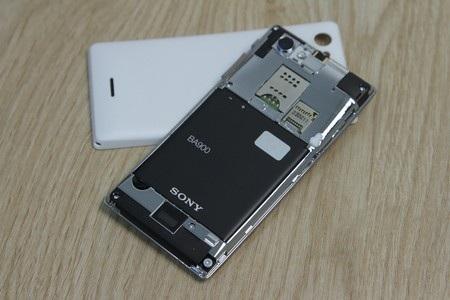 Vỏ máy có thể tháo rời, SIM và khe cắm thẻ nhớ nằm ở bên dưới vỏ máy